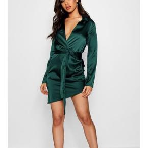 Aldrig brugt, fejler intet!   Jeg sælger den her lækre satin wrap kjole fra Boohoo, da den er for lille til mig. Jeg har alt for brede skuldre til den pga.  svømning, kampsport og hæren 😂   Den er aldrig brugt og med prismærke i, den ligger til 250 på Boohoo's hjemmeside, men er på tilbud til 150, her vil jeg gerne af med den for min. 170, da jeg også har betalt fragt :)