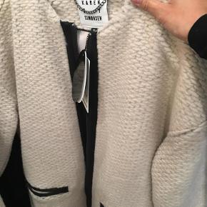 Varetype: Immaculate Coat Farve: Som på billedet Oprindelig købspris: 2499 Frakke fra KBS, aldrig brugt der sidder stadig mærker i.. Bytter ikk!