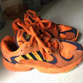"""Adidas Yung 1. Str 40. Ikke brugt af mig. Købt brugt her på Trendsales, men jeg har fortrudt købet. Her var de beskrevet som """"God men brugt"""". Sælges til samme købspris."""