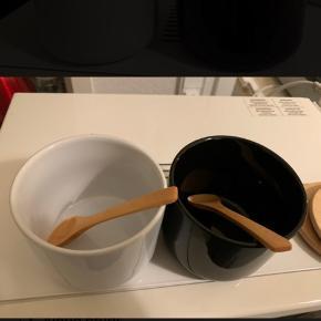 Salt og peber sæt med skeer og låge.