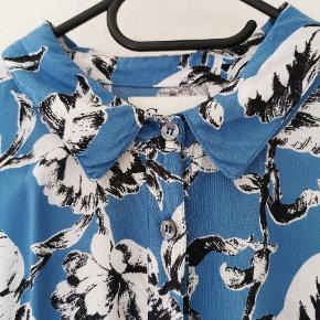 Sødeste blå skjortekjole fra Ganni 💙  Brystmål 112 cm. Talje kan trækkes til 110 cm. Hofte minimum 120 cm. Længde 88 cm.