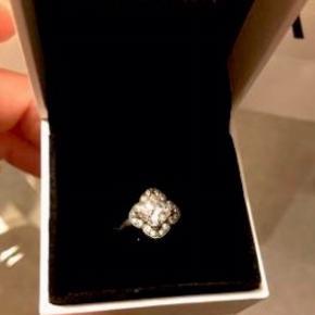 Pandora ring- silver stone With clear cubic.   Ringen er som helt ny.   Str. 48  Man er velkommen til at komme og prøve ringen før et eventuelt køb.    Nypris 699,- kr.   Sælges for 499 kr.