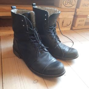 Støvlerne er et par år gange, men kun brugt få gange 😊