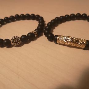 Her får du to armbånd udført i lava-sten med stål detaljer!  Armbåndet er onesize. Passer til håndled mellem 15-20 cm.  Produkt specifikationer: Mål:Omkreds: 16 cm materialer: sten Sten: 6 mm.  Det er disse armbånd: https://www.ditur.dk/armbandssaet-med-2-armband-i-sort-sten-guld-detalje