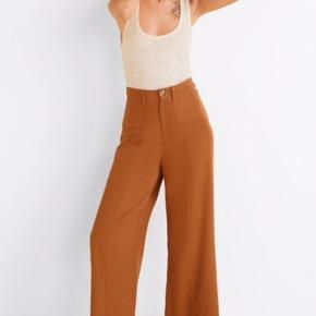 Højtaljede bukser fra Mango Str. 36  Nypris: 450kr  De er brugt 2 gange og fremstår derfor som nye.  Bud er velkomne.  Kan afhentes i Odense M eller sendes med DAO.