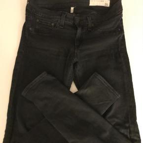 Varetype: Skinny Størrelse: 28 Farve: Sort Oprindelig købspris: 1700 kr.  Skønne og ultrabløde jeans i modellen Leggings. Masser af stretch og god pasform. Brugt max 5 gange og fejler intet. Kan passes af 38- lille 40. Sælges også i helt sort i et blødere materiale (se ann.)