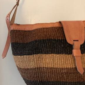 Sælger denne fine kurvetaske med lynlås og justerbar rem. Se billeder for taskens mål.