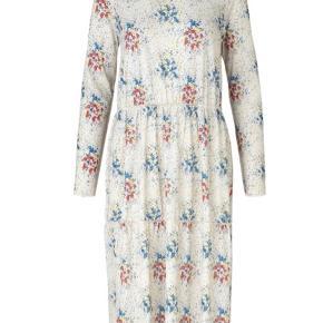 """Mads Nørgaard """"Paradise Drusina - Ecru Flower"""" kjole med høj hals. Kjolen har synlige overlock syninger og kommer i et multifarvet blomstret mønster. Den er lavet i en blød polysterkvalitet med en smule elastan.  Kvalitet: 94% polyester og 6% elastan.   Str. M (jeg bruger normalt S-M og passer den fint).   Nypris: 850 kr.  Sælges for 450 kr. Prisen er fast ✨"""