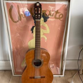 God begynder spansk guitar, men med et lille hul bagpå som ikke påvirker lyden overhovedet.