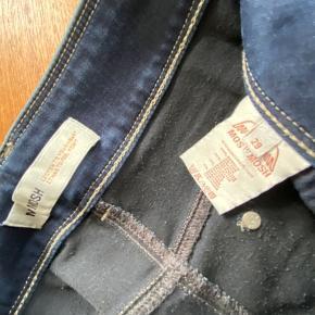 Der er lidt stræk i buksen, der giver en god pasform. I buksen står der str. 29.