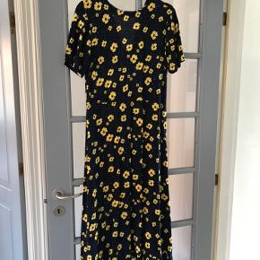 Blå kjole med gule blomster. Brugt få gange.