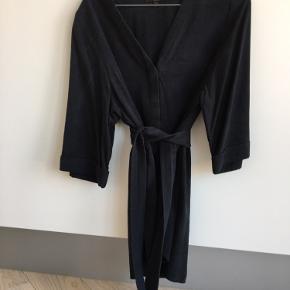 Cos top i kimono-stil med bindebælte.  100,- pp Sendes eller afhentes/prøves på Nørrebro
