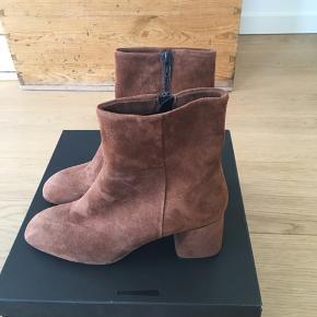 Super fede støvletter  camel/brun ruskind støvletter. Hælhøjde ca. 6 cm. Vil være super flotte her til efteråret -vinteren med kjoler eller bukser. Fejlkøb.
