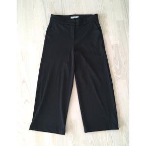 Lækre sorte cropped bukser med vidde fra 2nd one. Næsten som ny.