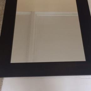 Flot stort solidt spejl i mørkebrun næsten sort. Kan bruges til enten entre, stue, soveværelset. Kan enten stå på gulv eller hænge. God stand. Lige klar til at hænge op. Mål: 130x90cm og 2 cm tykt.