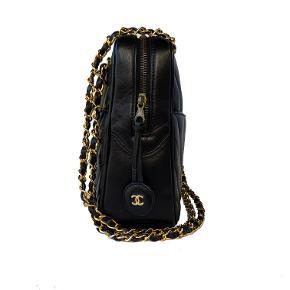 Chanel vintage chevron tote skuldertaske i kalveskind. Mål: 27x20x9cm.   Fast pris: 10500 dkk.  For køb og spørgsmål skriv til Info@deedee-tasker.dk