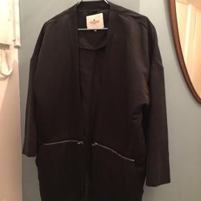 Sort jakke/blazer fra Designers Remix. En del år gammel og jeg går ikke med den mere hvilket er synd! Str 36 men rummelig :-)