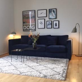 Jeg sælger mit højt elskede blå velour sofa, da jeg ikke har plads.   Ikea sofa (model: Vimle) som er blev betrukket i speciel syet mørkeblå velour.  Stoffet kan tages af.  Der medfølger det originale grå betræk som kun var på i få dage så det er som nyt.  Mål: B: 241cm H: 83cm D: 98cm  Købspris for det hele samlet var ca 12500kr Sofaen kan beses og afhentes på Østerbro. Der er elevator i ejendommen 😊