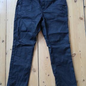 Denin Identity by Zizzi jeans. Sorte og coatede. Jeg har vist brugt dem 1 gang, men de er ikke mig. Str 46 længde 82 Modellen hedder jeans long nille slim