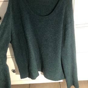 """Fin sweater med stor hals.   Får den ikke brugt mere - standen er god men brugt. Har """"naturlig"""" fnuller"""