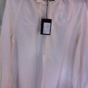 Oversize tunika/skjorte fra Bllack Noir str. 38, men oversize så passes også af str 40-42.  Aldrig brugt og stadig med prismærke.