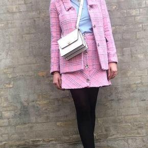 Super lækker frakke af mærket Résumé Farve: Pink   Er selv en 36-38 og passer den fint   Oprindelige pris 1400