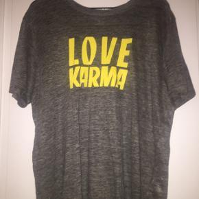 Brugt enkelte gange, oversize t-shirt fra Sandro Paris. Købt sommer 2017 i Paris, men har dsv ikke kvittering. Ny pris: 800kr