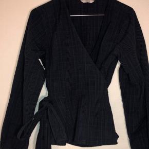 Fin ternet mørkeblå skjorte fra Envii i størrelse Small. Den er blevet brugt få gange og har derfor ingen tegn på slid.   Skriv for flere billeder. BYD GERNE 😌