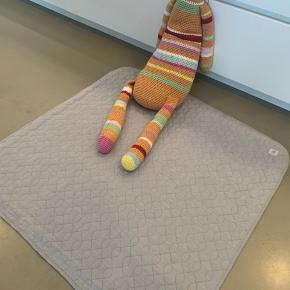 Stor og super dekorativ sebra hæklet bamse.  Gråt Sebra tæppe. Passer perfekt i fx. En kravlegård, eller som legetæppe.    Byd
