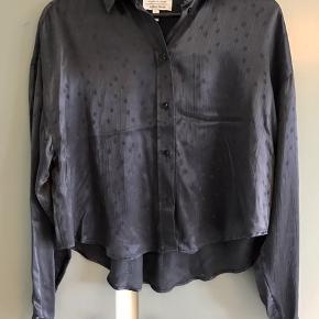 Mørk marine skjorte i 100% viskose.