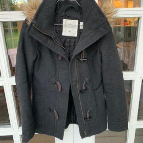 Foret vinterjakke i uld-blanding med hætte.  Hætten kan tages af☂️