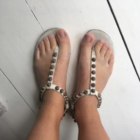 Sandaler fra Balenciaga. Godt brugte, men har stadig et par gode år i sig endnu.