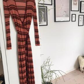 Super fin kjole fra Zara i str s. Ligner lidt en kjole fra Missoni.   Rigtig fin stand - kun få løse tråde hist og her, men intet man ligger mærke til☺️🌞 Rigtig behagelig at have på!