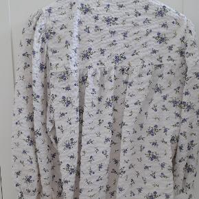 Sød blomstret skjorte i vaflet materiale. Brugt et par gange.  Bytter ikke.