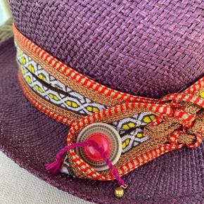 Smuk hat, købt i Pour Qoui, sælger den fordi den er lige til den lille side til mig (har et fhv stort hovede😄)