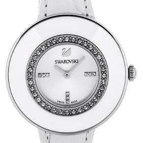 Swarovski ur med læder rem og 36 krystaller. Kun prøvet på, står som helt nyt.  Nypris: 2.300 kr Sælges til: 1.300 kr Kvittering haves ikke. Det har været en gave.