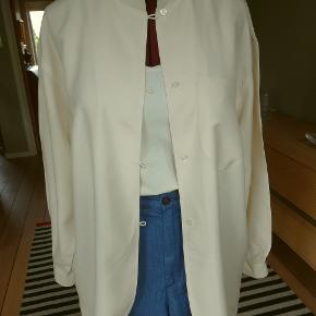 Superflot, lang storskjorte fra 'SAND' Str. M (ginen er str. 40/42) Cremefarvet - 100% pure silk - en meget lækker (ikke tynd) kvalitet Lukkes med 4 trenser/knapper Brystvidde: 58 cm x 2 - Ryglængde: 83 cm Den flotte skjorte er kun brugt et par gange - fuldstændig som NY :-)
