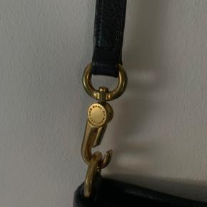 BYD :)) Købt i 2014. Gået med i et år, ligget i skabet siden. Begge hængsler til stroppen er gået i stykker (de kan ikke lukkes, åbner af sig selv, da de er så løse, hvilket gør at tasken kan falde af) - kan muligvis skiftes ud eller limes, hvis det lyster. Læderet har ingen skader, man ser kun slid på hængsler og de andre guldbelagte steder. Kvittering medfølger ikke :))