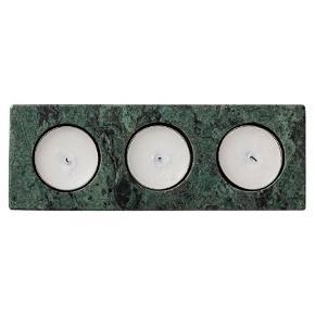 Helt ny grøn marmor fydfads stage butiks pris 230  Farven kan variere fra billedet da det er natur produkt  Eksklusiv fyrfadsstage fremstillet af marmor i farven grøn. Fyrfadsstagen har plads til tre fyrfadsslys og måler L17,5xB6,2xH2,5 cm.