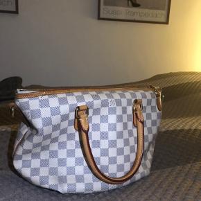 Super smuk, elegant og altid på mode Louis Vuitton taske, købt i 2012. Den er velholdt og har ikke været udsat for regn eller andre slidende ting. Den er blevet passet på som var det et barn - derfor sælges den kun til rette køber og til ikke under 7000kr. Den er tidsløs og en fantastisk taske med plads til en masse ting.