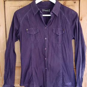 Skøn og lilla skjorte i fin stand. Sender gerne og hurtig :-)