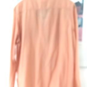 Den smukkeste skjorte i silke/bomuld - en skøn lys terrakotta-farve🌸 Brugt få gange og helt som ny. brystmål 53 cm, længde 73 cm.