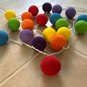 Fin lyskæde med 20 farverige kugler.  Den lyser super fint og klart i flotte farver.  Der hører 3 ekstra pærer til.  Købt i en designbutik i Barcelona.  Mp: 69,- pp  Se også mine andre annoncer.