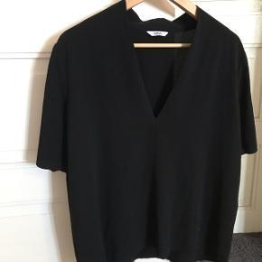 """Fin og klassisk """"t-shirt/overdel"""" i let stof. En smule fnuller foran, men ikke noget man rigtig ser."""
