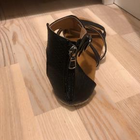 Sorte sandaler, str. 40 fra Shixo Nypris 500kr