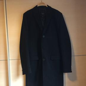 Flot herre frakke fra New Look i sort. Den lukkes med 3 knapper. Foran er der to lommer. På ærmerne er der også knapper som smart detalje.  Bud modtages :-)