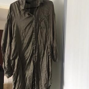 Oversize skjorte/kjole fra Geztus. Mangler 1 knap for bunden. Er ikke Strøget. Fejler intet ellers. Går til lidt over knæene ved en der er 168 cm høj 🍂