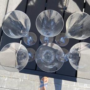 Her sælger jeg 6 stk originale Martini glas. Den ene har desværre fået et lille skår på foden, ses også på billedet. De har aldrig været brugt? Bare stået i et skab.  Evt byd