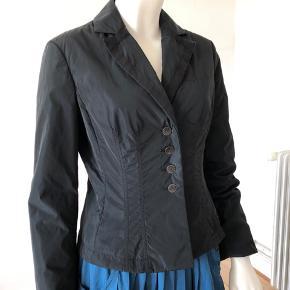 Flot og enkelt,  letvægt sommer jakke fra Armani collezioni. Brugt lidt men fejler absolut intet.  Str 4/ small.  Byttes ikke.