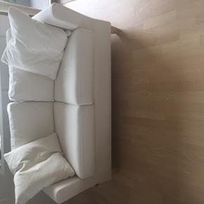 Sofa af mærket Raun Home sælges på grund af pladsmangel. Sofaen fremstår uden pletter og har aftageligt betræk. Kom med et bud - bytter ikke